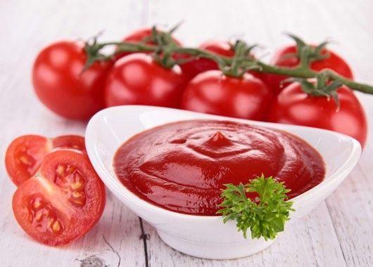 6,5 кг помидоров, 10 г чеснока, 300 г лука, 450 г сахара, 100 г соли, ¼ ч.л. корицы, ½ ч.л. горчицы, 6 шт. гвоздичек, 6 шт. перца горошком, 6 шт. душистого перца горошком, 40 мл 70% уксуса или 350 мл 9%. Помидоры измельчить в блендере. Так же измельчить и лук, чеснок, специи смолоть на мельничке. Соединить все ингредиенты, кроме уксуса, соли и сахара в кастрюле, поставить на огонь. Добавить треть сахара и уварить массу в 2 раза. Добавить оставшийся сахар и варить 10-15 минут. Затем добавить соль и уксус, проварить минут 10 и разложить горячим в стерилизованные банки. Закатать.