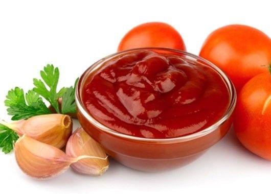 Помидоры - 3 кг, чеснок - 300 г, перец чёрный горошком - 10 шт., гвоздика - 15 шт., корица - на кончике ножа, уксус столовый - 3 ст. л., сахар - 6 ст. л., соль - 1 ст. л. Помидоры прокрутите через мясорубку. Сок помидоров вылейте в таз или кастрюлю. Фото приготовления рецепта: Кетчуп «Острый» - шаг №4 Варите на слабом огне около часа, периодически помешивая. При варке добавьте пряности. В конце варки влейте уксус. Фото приготовления рецепта: Кетчуп «Острый» - шаг №5 По желанию кетчуп можно взбить блендером. Будет как в магазине. Фото приготовления рецепта: Кетчуп «Острый» - шаг №6 Банки промойте, банки и крышки простерилизуйте. Горячий кетчуп разложите в банки и закройте герметично крышками.