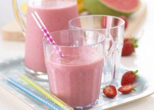 Молоко хорошо охладить. Ягоды вымыть и дать стечь воде. Освободить черешню от косточек. Сложить ягоды в чашу блендера, залить молоком и взбить в однородную массу. Добавить ванилин и взбить еще раз. Разлить по высоким стаканам и подавать сразу.
