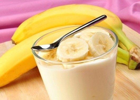 Потребуются бананы, мед и кефир. Смешиваем все ингредиенты по вкусу. Перемешиваем в блендере.