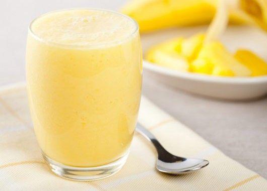 В блендере смешайте бананы, груши и сельдерей с 1 стаканом воды. Добавьте 1 чайную ложку добавки Superfood и взбивайте до однородного состояния.
