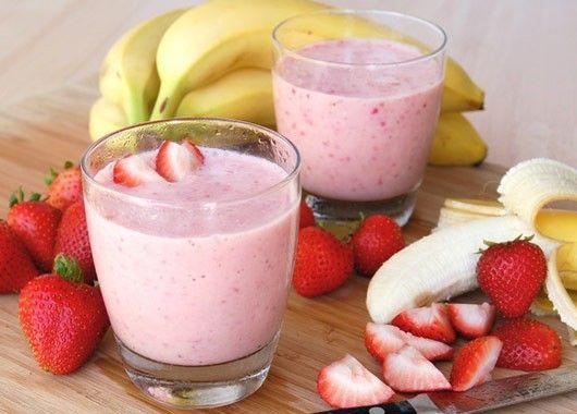 В блендере смешайте замороженную клубнику, нарезанный банан, апельсиновый концентрат и ванильное молоко. Взбейте до однородной массы.