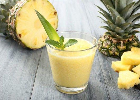 Порежьте ананас и банан на небольшие кусочки. Заморозьте. В блендере смешайте ананасовый и апельсиновый соки и замороженные фрукты. Измельчите до однородной массы и разлейте по стаканам.
