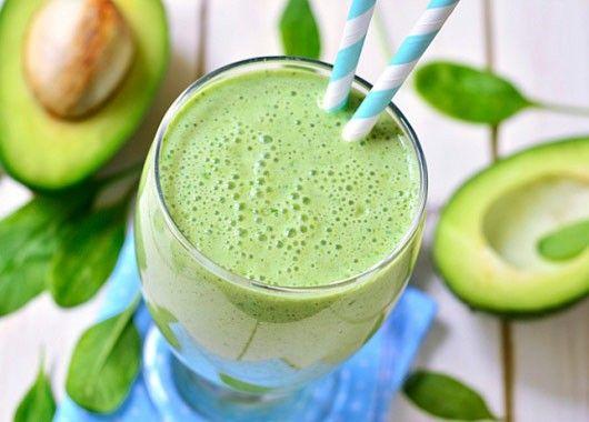 Разрежьте авокадо на две половинки, извлеките косточку. Извлеките мякоть обычной ложкой, отправьте в блендер. Добавьте банан, кокосовое и сгущенное молоко, ванильный экстракт и лед. Хорошо взбейте и разлейте по бокалам.