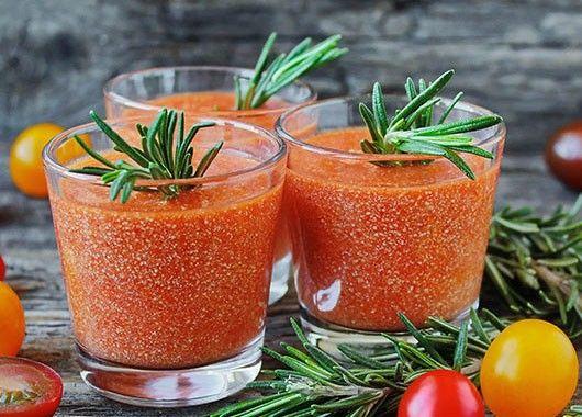 В чашу блендера сложить томатное пюре, нарезанную на кубики паприку, зубок чеснока, обезжиренный творог, веточки базилика (пару листочков оставить для сервировки), капнуть несколько капель вустерширского соуса, оливковое масло, лимонный сок, посолить, поперчить по вкусу и все вместе перебить блендером.