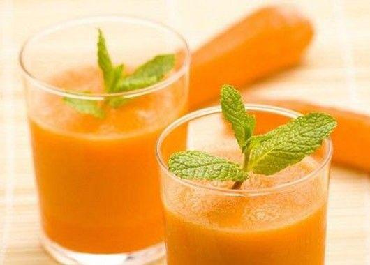 Морковь очистить и натереть на крупной терке. Половину плода манго очистить. 2 пучка свежего шпината вымыть и просушить. Ингредиенты сложить в блендер, добавить 120 мл воды и взбить.