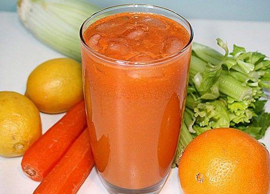 2 моркови очистить и натереть на терке. 2 зеленых стебля сельдерея вымыть и просушить. Помидор очистить от кожицы и нарезать кубиками. Овощи сложить в чашу блендера, добавить пару капель оливкового масла, соль и перец. Все взбить.