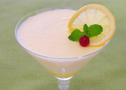 Лимонный десерт. 18 перепелиных яиц, 150 г сахара, 300 г лимонов, 250 мл сливок 33–35%, 10 г желатина. Желатин замочить в 150 мл холодной кипяченой воды и оставить на 1 час. Затем желатин довести до кипения, но не кипятить. Из лимонов выжать сок (всего необходимо около 50 мл). Сливки взбить с 50 г сахара. Отделить желтки от белков. Желтки растереть с 50 г сахара. Белки взбить с 50 г сахара. Смешать желтки и желатин. Добавить сок, перемешать. Добавить сливки, перемешать. Добавить белки, аккуратно перемешать. Массу разлить в креманки и поставить в холодильник на 3–4 часа.