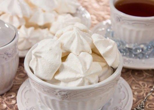 Зефир. 1 кг сахара, 25 г (2.5 ст.л.) желатина, 15 г (1 ст.л.) лимонной кислоты, 6 г (1 ч.л.) ванильного сахара, 5 г (1 ч.л.) соды. Желатин замочить в 100 мл холодной кипяченой воды, оставить на 2 часа. Сахар замочить в 200 мл холодной кипяченой воды, оставить на 2 часа.  Сахар поставить на огонь, кипятить, при постоянном помешивании, в течение 7–8 минут. Снять с огня. В сахар добавить желатин, взбивать в течение 10 минут . Добавить лимонную кислоту, взбивать в течение 5 минут. Добавить ванильный сахар и соду, взбивать в течение 3 минут.  Должна получиться воздушная плотная масса. Массе дать постоять 10 минут. При помощи кулинарного шприца (или ложкой) выложить массу на противень. Поставить в холодильник на 3–4 часа.