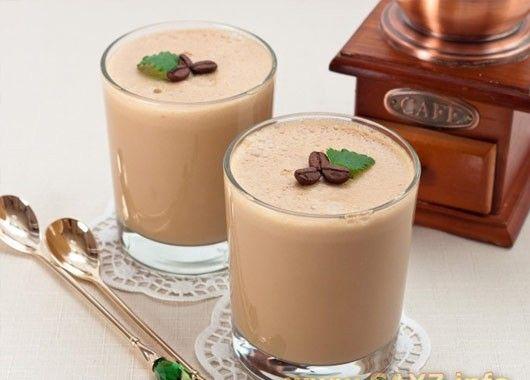 Кофейный крем. 250 мл кофе (3 ч.л. кофе на 250 мл воды), 3 желтка, 150 г сахара, 10 г (2 ч.л.) желатина, 300 мл сливок 33–35%. Желатин замочить в 100 мл холодной кипяченой воды и оставить на то время, которое указано на упаковке. Смешать желтки с сахаром. Поставить на водяную баню, нагревать до полного растворения сахара. Добавить кофе, перемешать. Добавить желатин.  Нагревать до тех пор, пока желатин полностью не растворится. Убрать с огня, остудить.  Сливки взбить.  Смешать сливки и остывшую кофейную массу. Разлить по креманкам, поставить в холодильник на 3–4 часа.