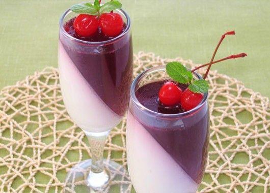 Вишнево-сливочное желе. 300 мл вишневого сока (компота), 300 мл сливок (10–15%), 20 г желатина сахар по вкусу. Желатин замочить в 100 мл холодной кипяченой воды и оставить на 1 час. Шаг 2 В сливки добавить сахар по вкусу (я добавила 3 ст.л.), перемешать до исчезновения крупинок. Шаг 3 Если сок не сладкий, можно добавить сахар по вкусу (я добавила 2 ст.л.). Шаг 4 Половину набухшего желатина довести до кипения, но не кипятить. Шаг 5 Добавить желатин в сливки, перемешать. Шаг 6 Разлить в подходящие формочки (любые — силиконовые, стеклянные, железные и т.д.). Формочки наполнять наполовину.  Можно формочки поставить под наклоном, только аккуратно, чтобы желе не пролилось. Поставить в холодильник до полного застывания (3–4 часа). Шаг 7 После этого оставшийся желатин довести до кипения, но не кипятить. Шаг 8 Добавить желатин в компот, перемешать. Шаг 9 Разлить в формочки, поверх сливочного желе. Поставить в холодильник до полного застывания (3–4 часа).