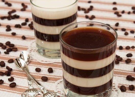 Кофейное желе с молоком. 500 мл кофе, 500 мл молока, сахар по вкусу, 20 г желатина. Желатин залить 200 мл холодной кипяченой воды и оставить на то время, которое указано на упаковке. В горячий кофе добавить сахар по вкусу, перемешать. Добавить половину желатина, перемешать. Молоко довести до кипения, добавить сахар по вкусу. Добавить оставшийся желатин, перемешать, убрать с огня. В креманки налить кофе с желатином, слоем 1–2 см. Поставить в холодильник до полного застывания (время зависит от качества желатина). На застывший кофейный слой налить молоко с желатином, слоем 1–2 см. Поставить в холодильник до полного застывания. На застывший молочный слой налить кофе с желатином, слоем 1–2 см. Поставить в холодильник до полного застывания. Заполнить, таким образом, креманки до верха.