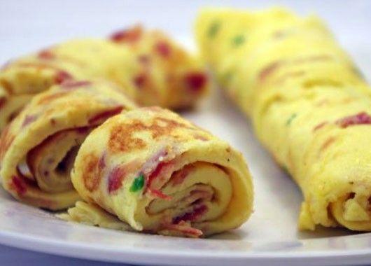 Взбейте яйца, вылейте их на сковородку, смазанную маслом, так, чтобы слой сырых яиц был в толщину около 2 см. Подождите, пока яйца приготовятся с одной стороны, затем переверните омлет, положите сверху всё, что вы хотели бы завернуть в рулетик, например нарезанную ветчину и перец. После того как приготовится вторая сторона омлета, просто скрутите его в рулетик.