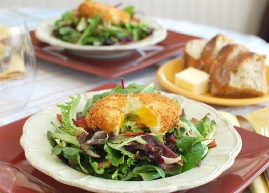 Сначала отварите яйцо всмятку, затем обваляйте в панировочных сухарях и поджарьте 30–60 секунд на смазанной маслом сковороде. Блюдо получается хрустящим снаружи и мягким внутри.