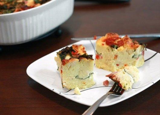Вымачиваете ломтики хлеба в соусе на основе молока, посыпаете их сыром и запекаете в форме для выпечки вместе с яйцами, молоком и горчицей.