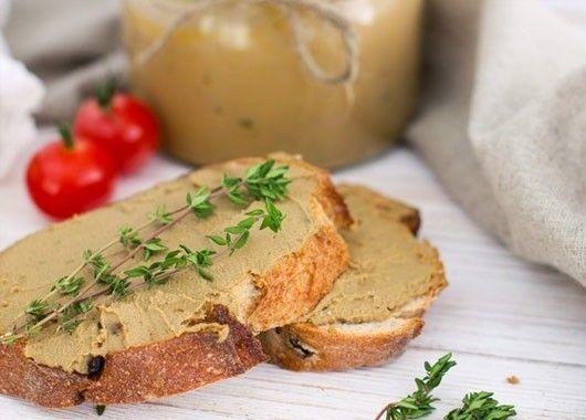 Яйца отварить вкрутую и остудить.  В сковороде растопить сливочное масло, добавить к нему оливковое и обжарить мелко порезанный лук. В блендер сложить очищенные яйца, обжаренный лук, чеснок и орехи. Взбить все до однородной консистенции. Посолить, поперчить и еще раз как следует взбить.  Убрать минимум на полтора часа в холодильник.