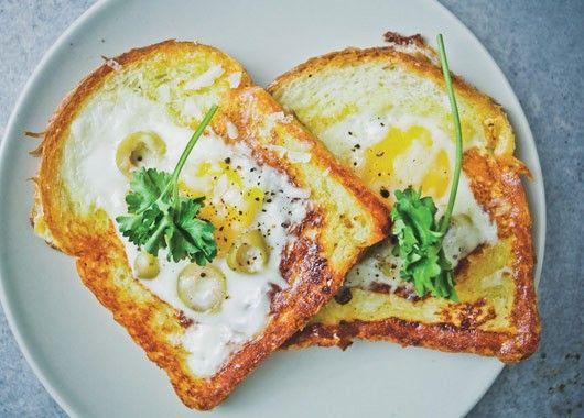 В кусочках хлеба сделать отверстия. Выложить хлеб на горячую сковородку, вбить яйцо в отверстие, посолить и поперчить. Перевернуть через несколько минут.