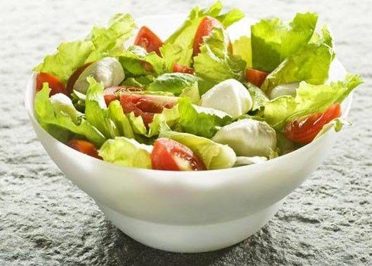Нарезать помидоры, огурцы, болгарский перец. Порвать листья салата, добавить овощи, сыр моцарелу, оливковое масло и перемешать.