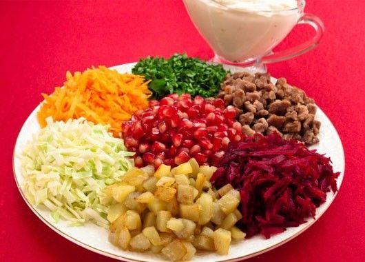 Мясо мелко нарезать кубиками. Пожарить мясо на растительном масле до готовности (жарить около 20–25 минут). Посолить. Картофель мелко нарезать кубиками. Пожарить картофель на растительном масле до готовности (жарить около 15–20 минут). Посолить. Капусту мелко нашинковать. Сырую морковь натереть на средней терке. Сырую свеклу натереть на средней терке. Зелень мелко нарезать. Гранат почистить, зерна отделить. Разложить на блюде по кругу: морковь, зелень, мясо, свеклу, картофель, капусту.  В центр выложить зерна граната.  Уже на столе добавить майонез, перемешать.