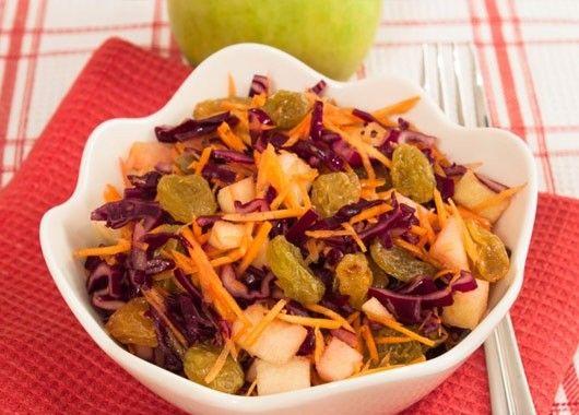 Капусту нашинковать соломкой. Морковь натереть соломкой. У яблока удалить сердцевину, нарезать кубиками. Смешать капусту, изюм, яблоко, морковь. Заправить растительным маслом.