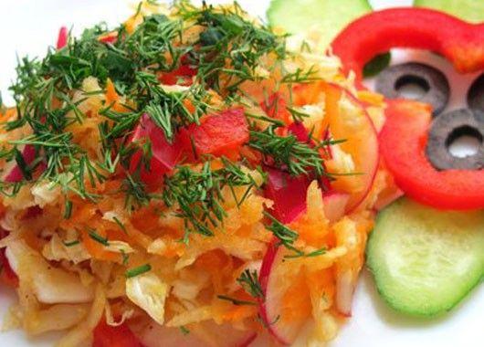 Натираем на терке морковь, кольраби и корень сельдерея. Мелко нарезаем пекинскую капусту, болгарский перец и редиску. Перемешиваем. Добавляем в салат соль, черный перец, подсолнечное или оливковое масло.