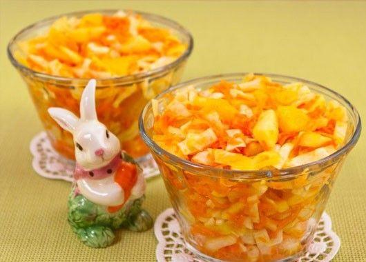 Капусту нарезать соломкой. Апельсин почистить, дольки очистить от пленочек, мякоть нарезать небольшими кубиками. Морковь натереть соломкой. У яблок удалить сердцевину, нарезать соломкой. Смешать яблоки и сок половины лимона. Добавить капусту, апельсин, морковь, немного посолить. Заправить растительным маслом, хорошо перемешать.