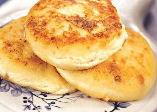 Хорошо размешать творог с яйцами, чтобы не было комочков. Добавить сахар, соду (гасить не надо) и ванилин (или полпакета ванильного сахара), еще раз перемешать. Постепенно вмешать муку. Столовую ложку опускаем в стакан с водой. Мокрой ложкой берем немного творожной массы и выкладываем на сковороду. Перед каждой следующей порцией мочим ложку в воде.