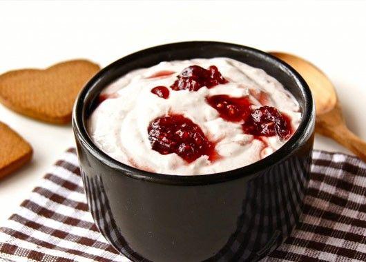 В чашу для взбивания положить творог, сметану, ванильный сахар, малину, протертую с сахаром, или варенье по вкусу. Взбить до однородной массы. Творожная масса готова, хранить в холодильнике не более двух суток.