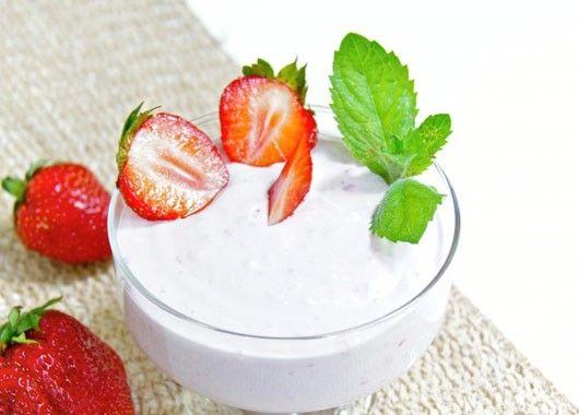 В творог добавить сахар, ванилин, йогурт и взбить при помощи блендера. Клубнику помыть, нарезать и отправить к творогу. Взбить при помощи белендера до однородной массы. Разложить по креманкам, украсить клубникой и веточкой мяты.