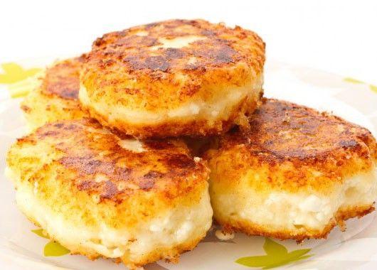 Картофель очистить от кожуры и, не разрезая, сварить в подсоленной воде. Сваренный картофель откинуть на сито или дуршлаг, дать воде стечь, переложить в миску и хорошо размять деревянным пестиком или ложкой.  Мятый картофель перемешать с творогом, прибавить сырое яйцо, 1/2 стакана муки, сахар, соль. Все это хорошо размешать, выложить на стол, сделать из творожной массы лепешки, обвалять их в муке и с обеих сторон поджарить на масле до образования румяной корочки.