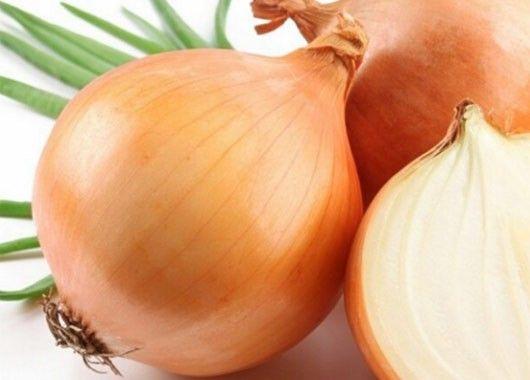Если смазать маслом разрезанную сторону луковицы, она не завянет в холодильнике в течение нескольких дней.