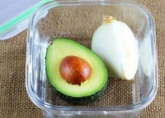 Авокадо не потемнеет, если вместе с ним в контейнер положить четвертинку луковицы. Лук замедлит процесс окисления.