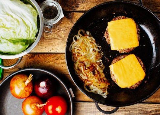 Кладем ломтик сыра сверху на уже поджаренное мясо и добавляем немного воды в сковороду. Накрываем крышкой — пар расплавит сыр в считанные секунды.