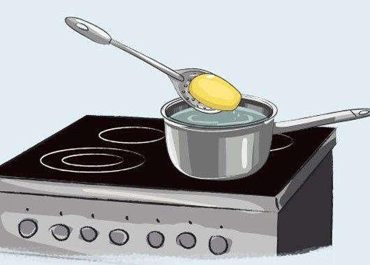 Если пересолили блюдо, кладем в него примерно на 10 минут кусочек баклажана или картофеля. Они поглотят избыток соли.