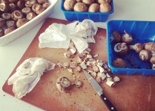 Грибы, помытые под краном, теряют свой природный аромат из-за пористой структуры. Многие рекомендуют чистить грибы мягкой щеткой или смоченными в воде бумажными салфетками.