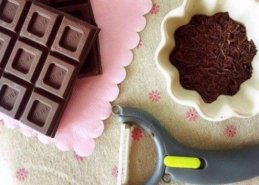 Не нужно специальных устройств, чтобы сделать шоколадную стружку: несколько взмахов картофелечисткой — и посыпаем шоколадом все, что захотим.