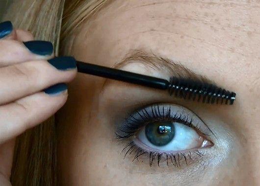 Если вы хотите подчеркнуть оттенок глаз, вот подсказка: для зеленых глаз идеальны бордовые, красно-коричневые и розоватые оттенки. Голубой цвет подчеркнут оранжево-коричневые и бронзовые тени; для карих глаз выбирайте фиолетовые тени, угольно-серые и темно-синие карандаши.