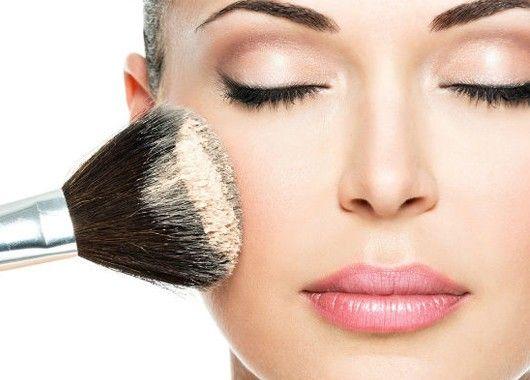Самое сложное — найти верную комбинацию оттенков. Если у вас бледная кожа, используйте розовый или фарфоровый корректор. Если ваш тон чуть темнее, вам подойдет персиковый оттенок. Наносите его не только под глаза, но и на кончик носа.