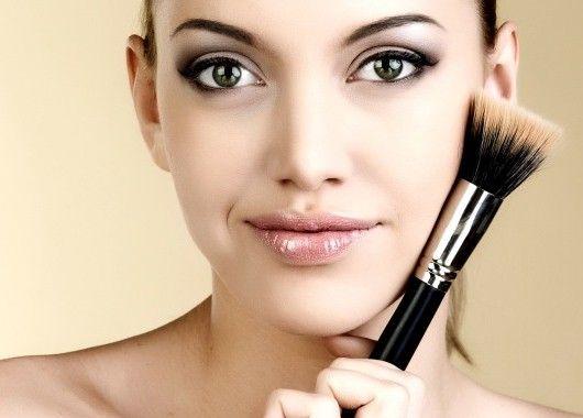 Главный makeup-секрет довольно прост: нужно освоить праймер и консилер. Праймер справится с серым цветом лица и тенями, которые придают лицу усталый вид. А консилер сделает кожу сияющей.