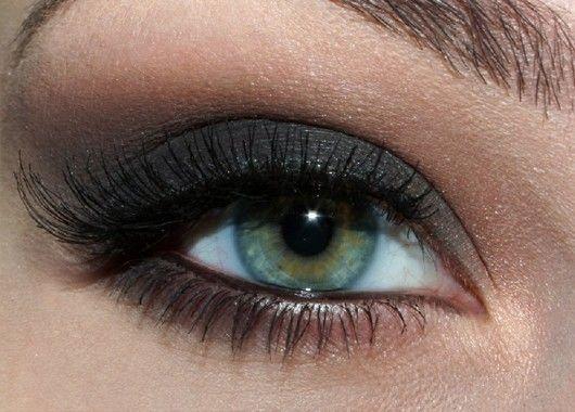 Растушевывайте тени по направлению вверх – это позволит создать иллюзию более раскрытых глаз.