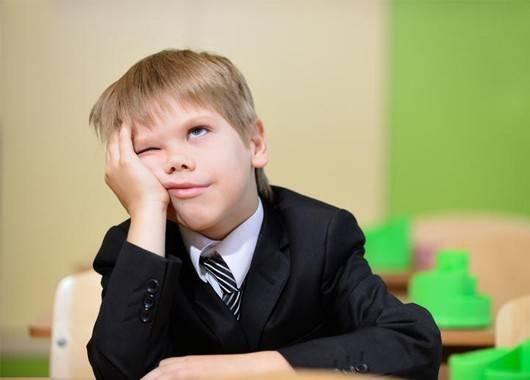 Не стоит регулярно проверять домашнее задание, если ребенок сам об этом не просит. Разумеется, ребенку иногда может понадобиться ваша помощь, но она не должна перерастать в систему, где ответственность за все ошибки перекладывается на плечи родителей.