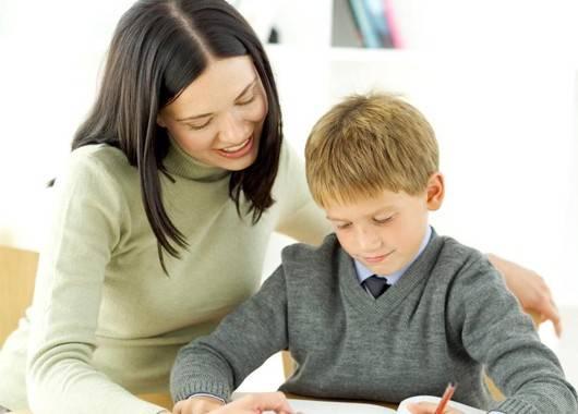 После прихода домой первоклассник, если он не остается на полный день в школе, должен съесть горячий обед и отдохнуть после занятий. Домашние задания лучше всего сделать в период 15-16 часов.