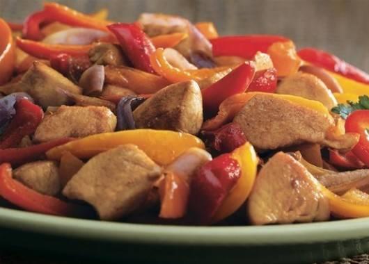 Курицу обжариваем в два захода. Разогреваем просторную сковороду с тяжелым дном, кладем в нее половину ломтиков курицы и обжариваем на средне-сильном огне 2 минуты. Переворачиваем ломтики и обжариваем еще в течение 2—3 минут. Перекладываем на тарелку, прикрываем фольгой. Повторяем со второй порцией курицы и также выкладываем на тарелку. В сковороду, где жарилась курица, кладем персик и сладкий перец. Обжариваем до мягкости персика 3—4 минуты. Возвращаем в сковороду курицу. Вливаем заправку (растительное масло с лимонным соком), перемешиваем и готовим еще минуту. Подаем со свежим хлебом, посыпав маринованным луком и листочками кинзы.