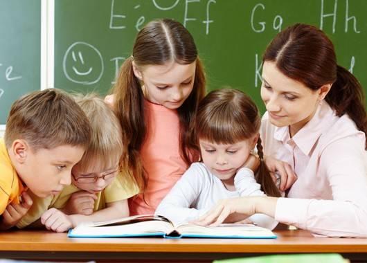 С самого начала не стоит делать уроки с ребенком или, тем более, за него. Достаточно пару раз посидеть с ним рядом, и он к этому привыкнет на все ближайшие годы.