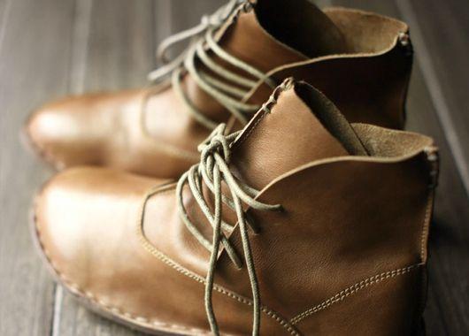 Как вернуть вид поцарапанной и тусклой кожаной обуви. Если рядом не оказалось специальных средств, можно воспользоваться увлажняющими средствами. Возьмите кусочек салфетки или ткани и протрите обувь с небольшим количеством лосьона, чтобы вернуть ее к жизни.