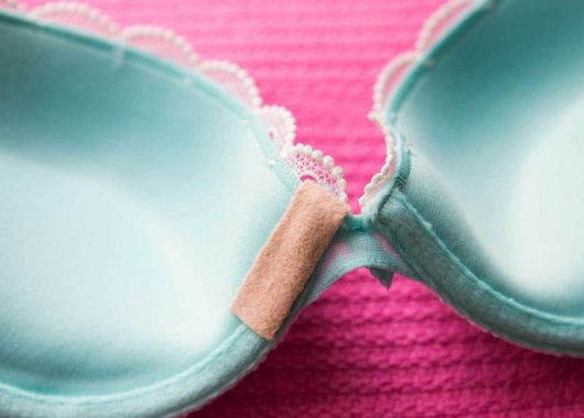 Чтобы косточки на бюстгальтере не врезались, воспользуйтесь полоской пластыря.