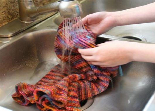 Трикотажные вещи следует стирать вручную и очень бережно. Если при стирке тереть трикотажное полотно, на нем могут появиться катышки.