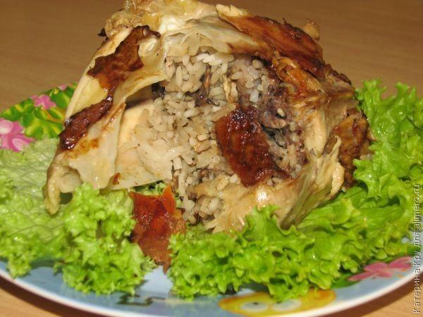 Курица, фаршированная рисом и грибами, в сотейнике