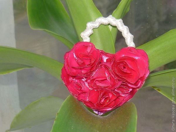 Пушистое сердце из лент для украшения резинки