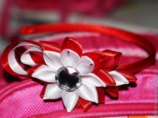 Ободок для волос из лент в красно-белой гамме